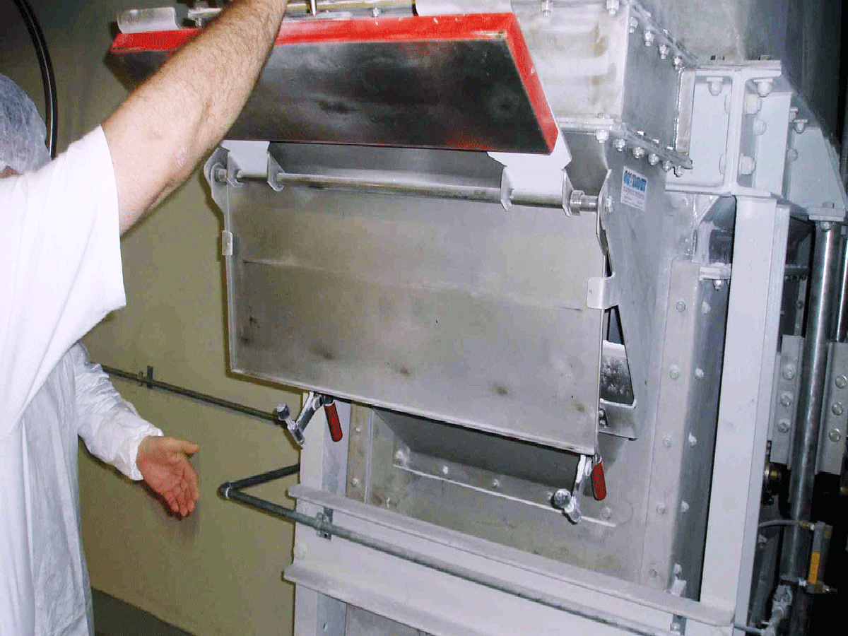 Chute magnet (plate magnet with extractor plate) in use | Goudsmit Magnetics